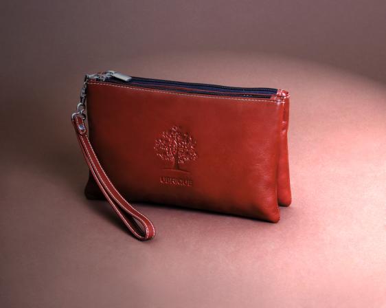 Bolso de mano napa roja hecho en Ubrique con piel país y accesorios de alta costura.