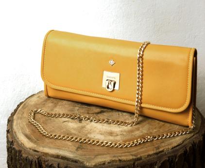 Clutch en napa amarilla convertible en bolso de hombro. Cierre y cadena color dorado.