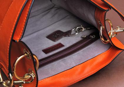 Interior bolso rectangular con doble bolsillo interior y forro aterciopelado.