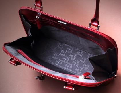 Interior de bolso anterior donde se aprecia su gran capacidad y amplitud
