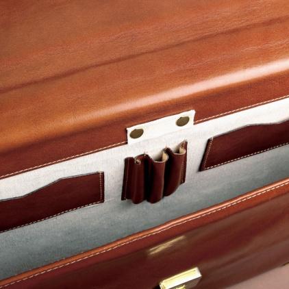 Interior del maletín donde se ven sus accesorios confeccionados en tela de primera calidad