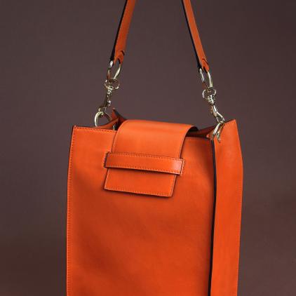 Original bolso rectangular de napa naranja. Muy cómodo de llevar.